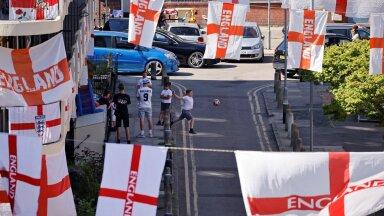 """Inglise koondise fännide jaoks tähendab algav EM kasvavat pinget ja põnevust, kuid meeskonnale suhteliselt üksluist """"mullis"""" istumist. Foto on tehtud sel nädalal Kagu-Londonis."""