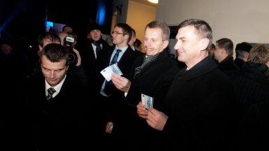Peaminister Andrus Ansip ja rahandusminister Jürgen Ligi olid esimeste seas, kes 20-eurosed pangaautomaadist välja võtsid.
