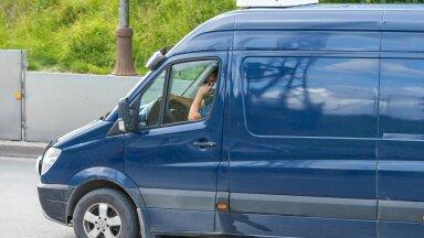 Rööprähklemine rooli taga: telefon vasakus, sigaret paremas käes.