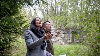 PEFC Eesti nõukogu tegevjuht Eve Rebane ja sertifikaati omava firma Tornator juhatuse liige Martin Tishler näitavad metsast leitud vana talukohta põlispuudega, kus maakividest kõrvalhoone oli säilinud ning seda säilitatakse ka edasise metsa majandamise käigus, isegi kui see pärandkultuuriobjektina või VEPina arvel pole.