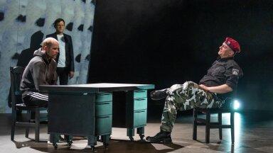 """Poliitilistelt põhjustel praegu Londonis viibiv Nikolai Halezin valib oma teatrisse lavastusi, lähtudes kolmest põhimõttest: sotsiaalne õiglus, keelatud teemad ja inimõiguste rikkumine. """"Error 403"""" räägib Valgevene revolutsiooni esimese ohvri Aljaksandr Taraikovski loo surmava lasu teinud eriüksuse võitleja Nikita (Kristo Viiding) vahendusel."""
