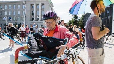 Peagi 80-aastaseks saav Urve Madar lootis meeleavaldusel saavutada rattapileti korra muutmist.