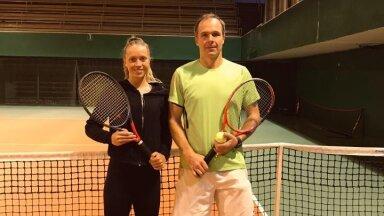 Helena Narmont ja Alti Vahkal Kadrioru tennisehallis.