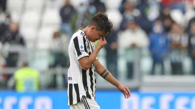 Paulo Dybala pühapäeval vigastatuna väljakult lahkumas.