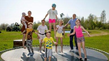 Pärnumaa sportliku suurpere vanemad Mari-Liis ja Maido Kaljur soovivad, et nende lapsed oleksid õnnelikud, aktiivsed ja terved. Pildil teeb pere igapäevast trenni batuudil.