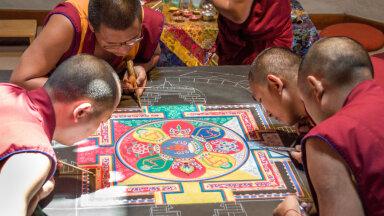 Dalai-laama saadetud kõrged Tiibeti mungad loovad nädalavahetusel Eestis rahumandala