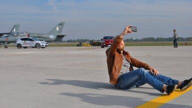 Leedu autoajakirjanik NATO õhuväebaasis - tegemas elu raskeimat selfie't.