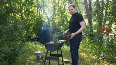 KUI KUUM ON: Füüsik Mihkel Pajusalu (paremal) taimseid ja loomseid kudesid kuumtöötlemas grilliks nimetataval aparaadil.