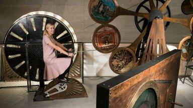 Kristi Paatsi näitab, kuidas töötab fenakistiskoop – masin, mis hakkab tööle selle külge ühendatud jalgratast vändates. Stroboskoopiline ketas oli esimene mänguasi, mis tekitas täiusliku liikumisillusiooni. Kui ketas piisavalt kiiresti liigub ja seda otsevaates vaadata, on näha keerlevat tantsijat.