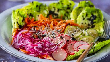 RETSEPT | Kergemaks õhtueineks proovi maitserikast kiirmarineeritud köögiviljasalatit norivinegretiga