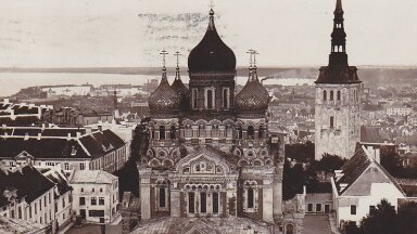 Vaade arvatavasti 1920. aastatel Nevski katedraali ümbrusele. Paremal asuv hoone lammutati 1930. aastatel.