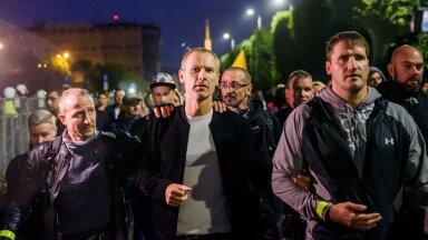 """Rahvasaadik Aldis Gobzems augustis mõttekaaslaste seltsis Riias kogunemisel, kus avaldati meelt """"kohustusliku"""" vaktsineerimise vastu."""