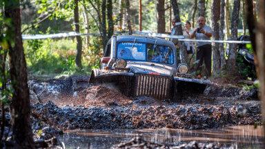 Mudatakistust läbivad veoautode klassi võitjad Aivo Tõnström / Kalmer Vask.