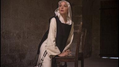 Большую часть фильма главная героиня ходит голой: кинокритик впечатлен фильмом о монахине-лесбиянке