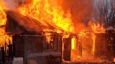 VIDEO   Rae vallas hukkus põlevas suvilas kaks inimest, juhuslik möödakäija päästis kolm inimest