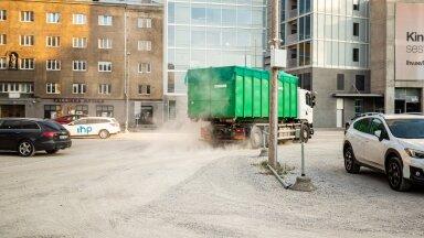 VIDEO JA FOTOD | Tallinna südalinna häbiplekk saab viimaks asfaltkatte. EuroPargi juht: pidime kolm aastat müts peos vabandama, aitab