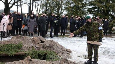 FOTOD   Kindralleitnant Johannes Kert sängitati mulda kaitseväe kalmistul
