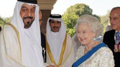 KUNINGLIKUD PEAD: Šeik Khalifa ja Elizabeth II aastal 2009 Abu Dhabis. Šeigi valduses olev kinnisvara hulk tekitab küsimuse, kellele Ühendkuningriik tegelikult kuulub.