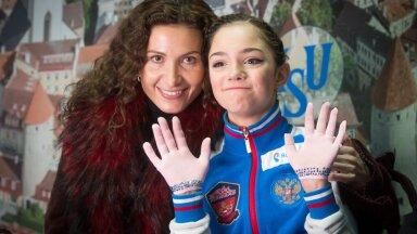 Евгения Медведева (справа) и Этери Тутберидзе