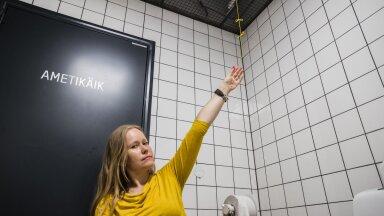Helen Bokmann demonstreerib invatualettide kujundusvigu.