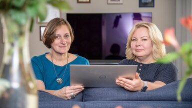Kristi Tuhkru-Tamm (paremal) on hingelt kunstnik, majandusharidusega Helen haldab ettevõtte äripoolt.