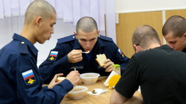 Российские призывники в столовой