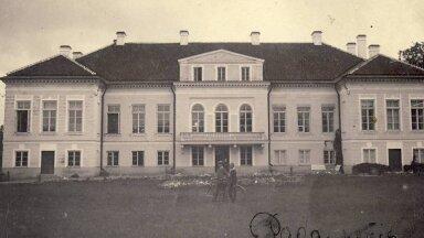 Pada mõisa härrastemaja möödunud sajandi alguses enne põlengut 1917. aastal.