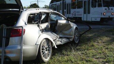 FOTOD | Põhja puiesteel põrkas auto kokku trammiga. Üks inimene viidi haiglasse