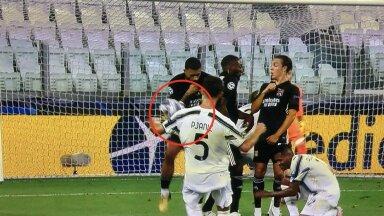 Olukord, millest vilistati Juventusele penalti. Kohtunike hinnangul tegi Memphis Depay ennast käega laiemaks ning blokeeris seega kollase kaardi ja penalti vääriliselt Miralem Pjanići pealelöögi.