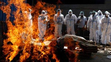 Koroonaviiruse ohvri tuhastamine New Delhi krematooriumis.