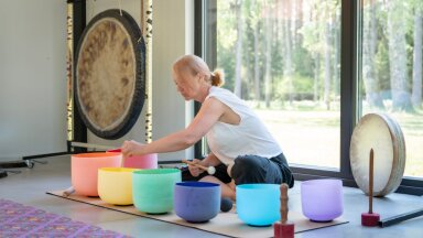 Peale gongide võlub Kaia kirkaid helisid seitsme põhitšakra värvi kristallkaussidest.