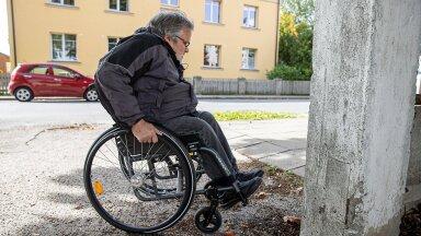 Haapsallane Indrek Huul väldib ratastooliga liigeldes teadlikult keerulisemaid teekondi.