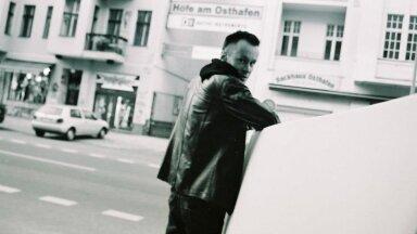 """""""Mina"""", keda Berliini otsima tuldi, kaob järjest sügavamale pidude rägastikku. Taustal tumendab üksindus, sõbrad tulevad ja lähevad kui edasikerimisel. Peeter Kormašov Berliinis 2013. aastal"""