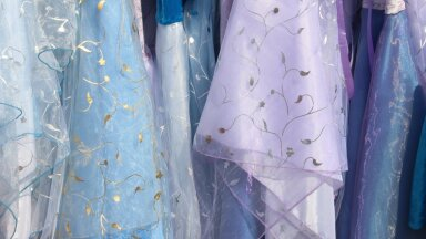 Как 500 праздничных платьев могут защитить от рака груди? В Эстонии проводится необычная благотворительная акция