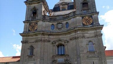 MULJETAVALDAV: Kloostri võluv peakirik on tõesti suur.