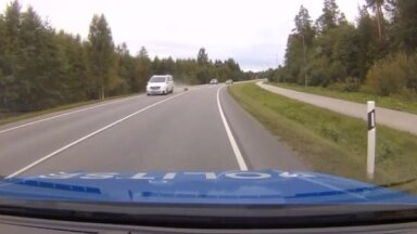 VIDEO | Õnnelik õnnetus otse politsei silme all: kinnitamata koorem põhjustas ohtliku olukorra