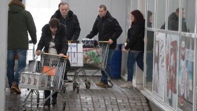 FOTOD JA VIDEO | Pühademeeleolu Valka piiripunktis ehk Millise koguse alkoholi eestlane jõululaupäevaks koju veab