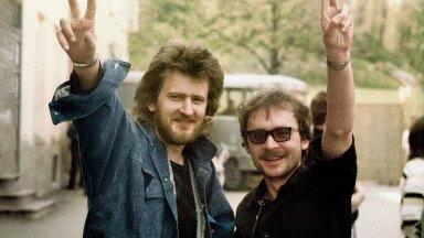 """Noored ja andekad. Alo ja Jüri Tartus Raekoja platsil, kus 1987 esitati fosforiidisõja protestilaul """"Ei ole üksi ükski maa""""."""