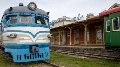 Praegu seisavad rongid Haapsalu raudteejaamas muuseumieksponaatidena, kuid linnajuhtide ja riigi plaan on, et reisirongi sõidud taastataks linnaga 2026. aastaks.