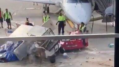 VIDEO   Uskumatu vaatepilt: toitlustusveok pistis lennujaamas järsku perutama, otsustavalt sekkus julgeolekutöötaja