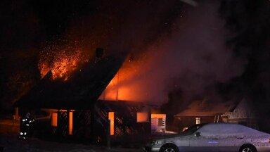 FOTOD   Viljandimaal põles öösel elumaja