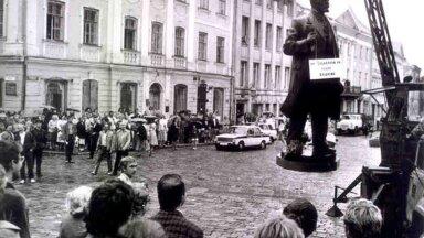 """""""POODUD"""" LENIN: Mahavõetud Lenini kuju kõlgub Tartu Raekoja platsi kohal. 23. august 1990."""