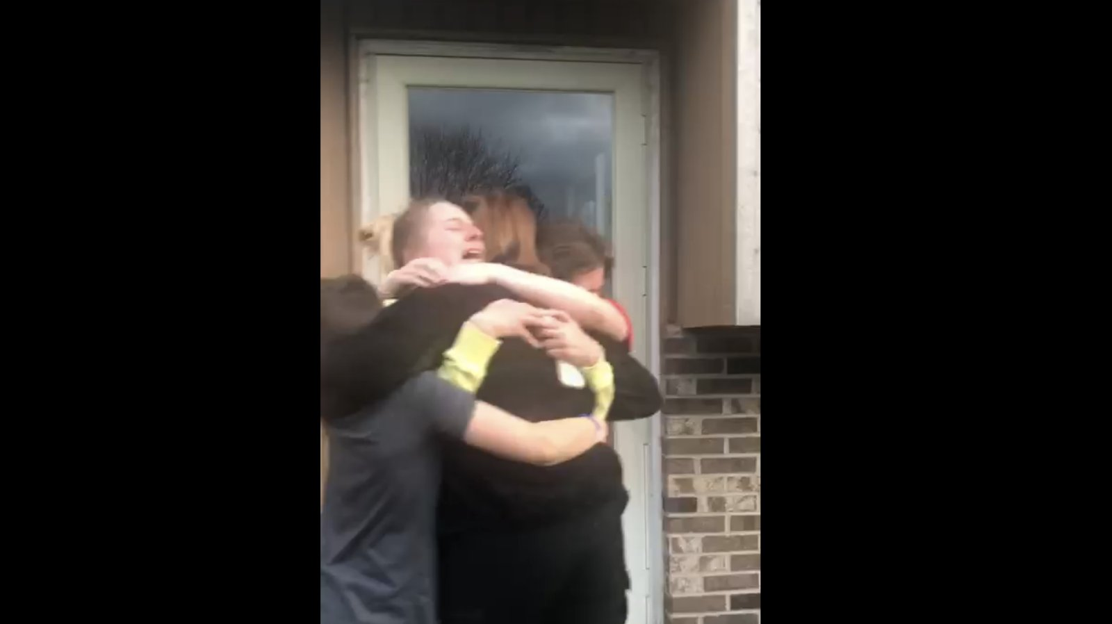 VIDEO | Just sellistel hetkedel mõistad, miks pidid kodus olema! Kuus nädalat eesliinil töötanud ema taaskohtub oma lastega
