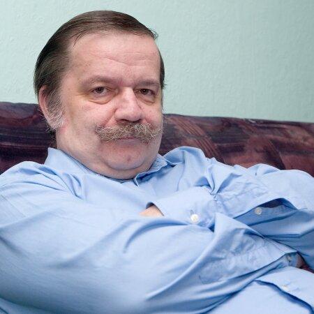 Peeter Olesk on kirjandusteadlane. Ta kuulus Mart Laari esimesse ja Andres Tarandi valitsusse.