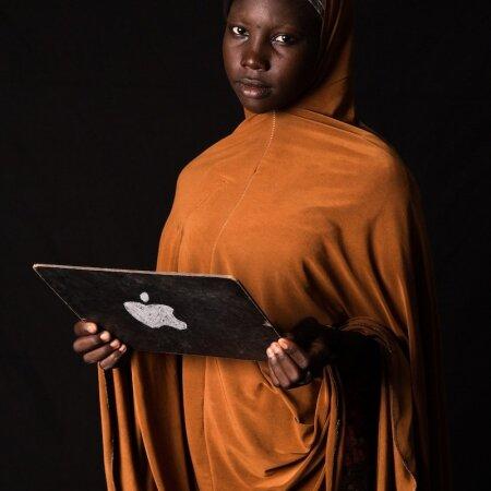 """TEE ISE iPAD: Khadija Kaku, 15aastane Nigeeria põgenik Tšaadis, poseerib IT-spetsialistiks riietatuna: """"Internetiga on nii, et isegi kui sa midagi ei tea, on kusagil maailmas keegi, kellel on see, mida sa vajad."""""""