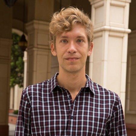 Aro Velmet on Oxfordi ülikooli teadur ja Lõuna-California ülikooli ajalooõppejõud.