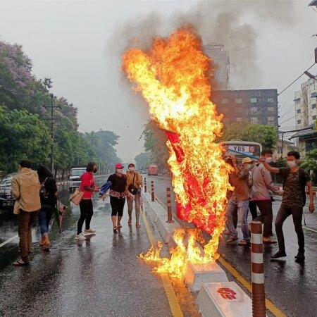 Kui Eestis Myanmari protestijatele samal kombel solidaarsust väljendada, ähvardaks aastane vangistus.