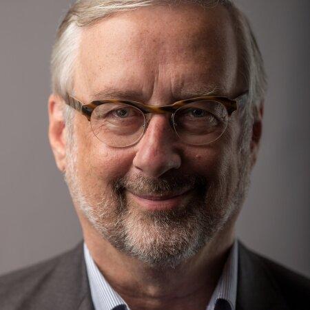 Jaak Jõerüüt on kirjanik ning endine diplomaat ja poliitik.