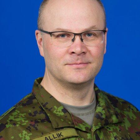 Kolonelleitnant Sten Allik on NATO teadus- ja tehnikaorganisatsiooni nõukogu liige ning Soome Riigikaitseülikooli doktorant.