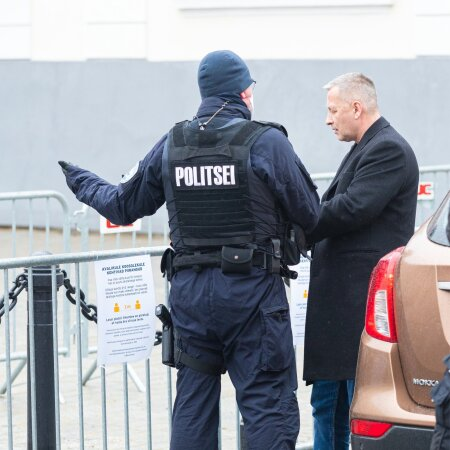 Riigikogu EKRE saadik ja häälekas NETS-i vastane Kalle Grünthal Toompeal politseinikuga vestlemas.